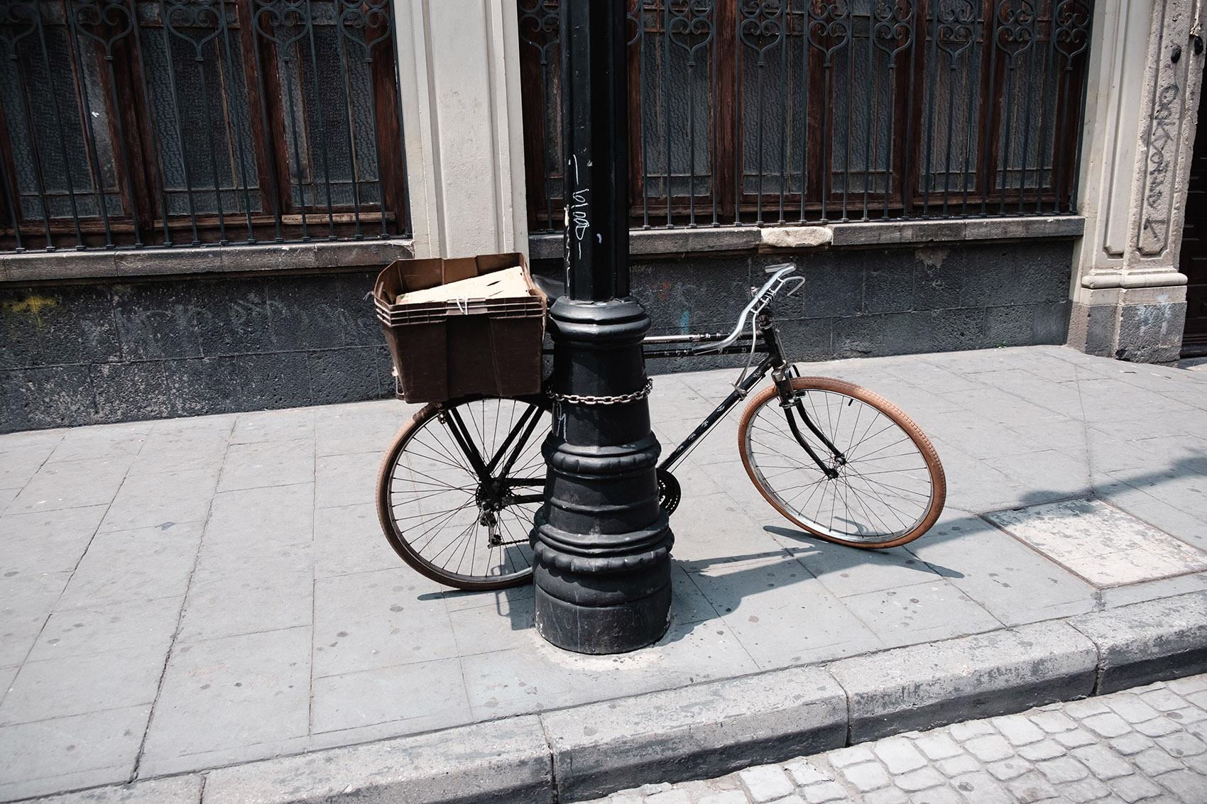 Bicicleta estacionada en el Zócalo México Foto por Ockesaid